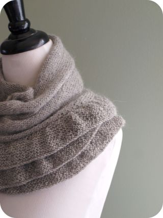 Ruffle Scarf Knitting Pattern : KNITTED RUFFLE SCARF PATTERN Free Knitting and Crochet Patterns