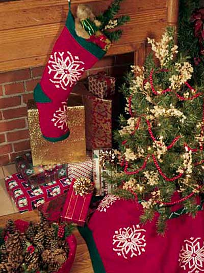 Christmas Tree Skirt Knitting Pattern : Christmas in July   Knit Christmas Tree Skirts   free patterns   Grandmother&...