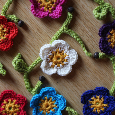 Lovely Flowers To Crochet Free Patterns Grandmothers Pattern Book