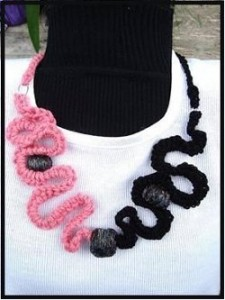 curly-crochet-necklace