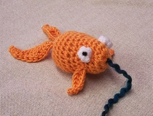 Crochet a fish free patterns grandmother 39 s pattern for Fish cat toy