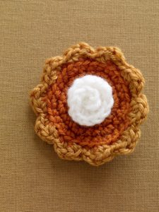 crochet-pattern-pumpkin-pie-brooch-l0628-a